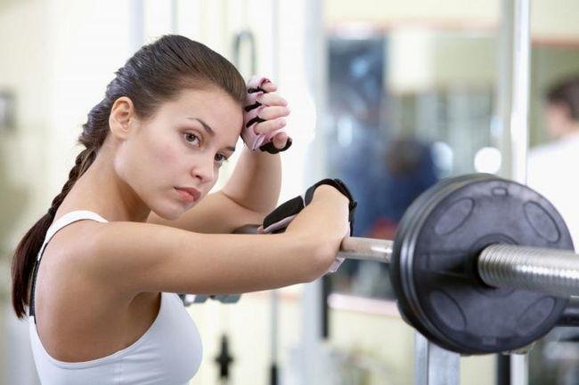 Як дівчині навчитися віджиматися, з чого почати: віджимання від стіни, з колін і базовий варіант вправи