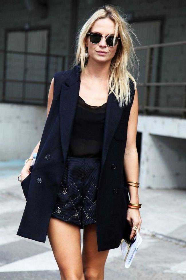 Як носити подовжений жіночий жилет з брюками, шортами або спідницями