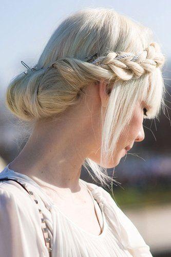 Як заплести косу навколо голови: послідовність дій і варіації цих жіночних зачісок