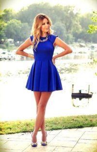 Коротке плаття без рукавів синього кольору, приталеного фасону, складе гармонійний ансамбль з туфлями на високих підборах.