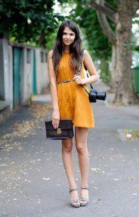 Коротке плаття без рукавів приглушеного оранжевого кольору, прямого силуету.