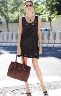 Коротке плаття без рукавів чорного відтінку, прикрашене перфорацією, прямий моделі.