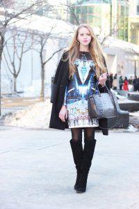 Коротке плаття без рукавів, з малюнком, прямого крою гармонує з пальто чорного відтінку.