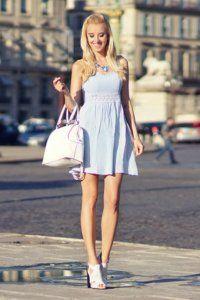 Коротке плаття без рукавів світло-блакитного кольору, приталеного фасону.