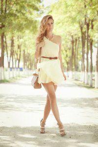 Коротке плаття без рукавів світло-жовтого кольору, з проймою на одне плече, прямого силуету.
