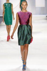 Коротке плаття без рукавів в стилі колор блок бузкового та зеленого відтінку з дрібним принтом від Monique Lhuillier.