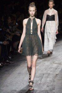 Коротке плаття без рукавів сіро-зеленого кольору, приталеного фасону від Valentino.