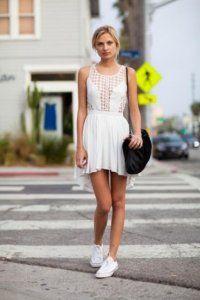 Літнє плаття без рукавів білого кольору, приталеного фасону, з асиметричним подолом.
