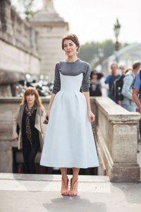 Довга сукня без рукавів світло-блакитного кольору, з корсетним верхом і спідницею розкльошені фасону.