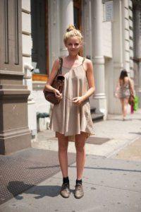 Літнє плаття без рукавів світло-сірого кольору, вільної моделі, довжиною вище колін.