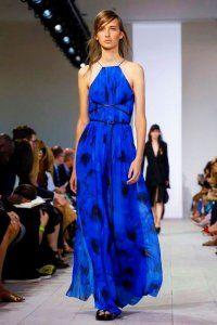 Літнє плаття без рукавів синього кольору з чорним принтом, приталеного крою від Michael Kors.