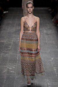 Літнє плаття без рукавів приталеного силуету, довжиною максі, з глибоким декольте від Valentino.