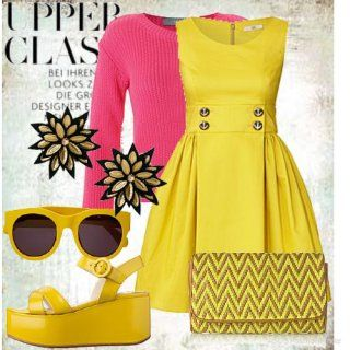 Літнє плаття без рукавів жовтого кольору, розкльошені крою, довжиною до колін.