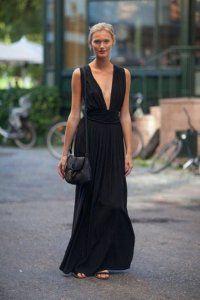 Сукня без рукавів чорного кольору, приталені силуети, довжиною в підлогу, з глибоким декольте.