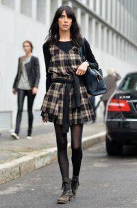 Сукня без рукавів з картатим принтом, вільного крою, довжиною вище колін в тандемі з кофтою чорного відтінку.