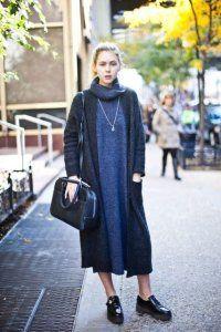 Осіннє плаття без рукавів синього кольору, прямого силуету, довжиною нижче колін доповнюється кардиганом сірого відтінку.