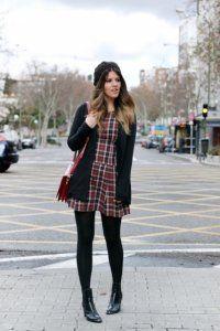 Осіннє плаття без рукавів з картатим принтом, приталенной моделі, довжиною вище колін.
