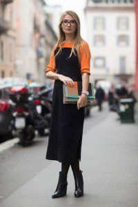 Осіннє плаття без рукавів чорного кольору, прямого крою, довжиною нижче колін.