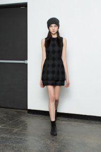 Осіннє плаття без рукавів чорного кольору з картатим принтом, приталеного фасону від A.L.C.