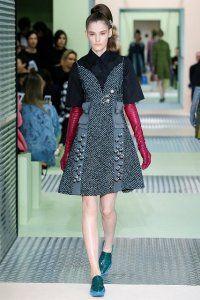 Осіннє плаття без рукавів з принтом і вставками, приталені силуети, довжиною вище колін від Prada.