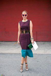 Вечірня сукня без рукавів бордового кольору зі вставкою блакитного відтінку, приталенной моделі, довжиною нижче колін.