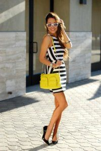 Сукня без рукавів з чорно-білим смугастим принтом, приталеного крою, довжиною вище колін.