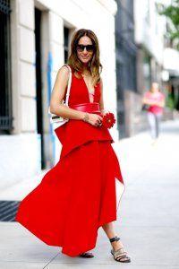 Довга сукня без рукавів червоного кольору, приталенной моделі, з глибоким декольте, з басками і асиметричним подолом.
