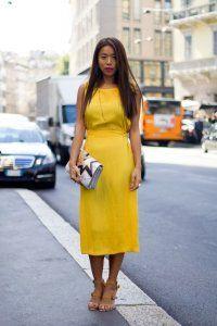 Сукня без рукавів жовтого кольору, приталеного фасону, довжиною нижче колін.