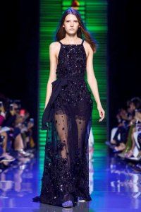 Вечірня сукня без рукавів чорного кольору, розшите паєтками, приталені силуети від Elie Saab.