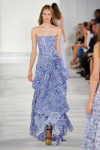 Вечірня сукня без рукавів з принтом в блакитних тонах, із заниженою талією і багатошарової спідницею від Proenza Schouler.