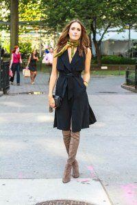 Повсякденна сукня без рукавів чорного кольору, приталеного крою, довжиною до колін.