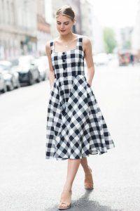 Сукня без рукавів з картатим принтом, приталені силуети, довжиною нижче колін.