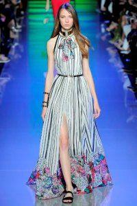 Довга сукня без рукавів з колекції Elie Saab блакитного кольору з смугастим принтом і квітковим орнаментом від Elie Saab.