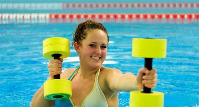 Чи допомагає басейн від целюліту: 4 ефективних вправи у воді