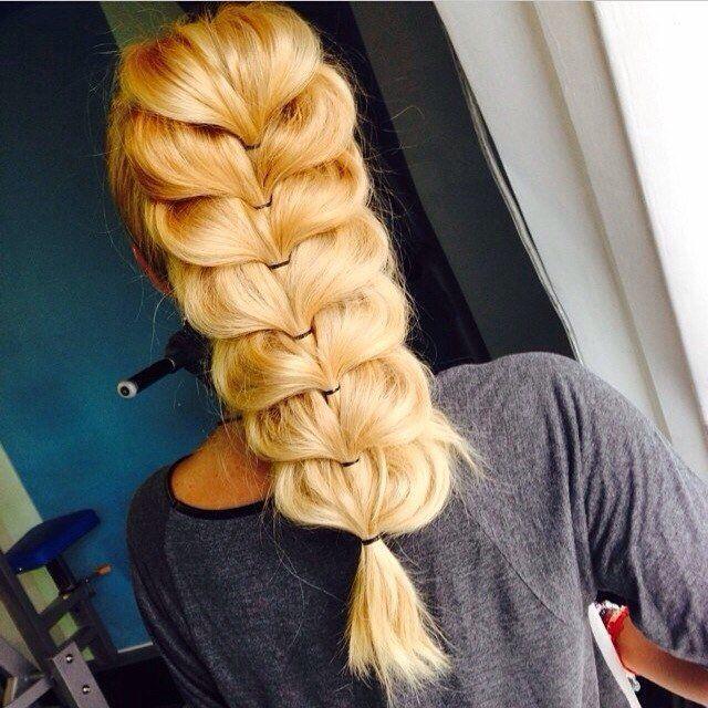 Прості і складні цікаві зачіски: з бантами, елементами плетіння і навіть на коротке волосся