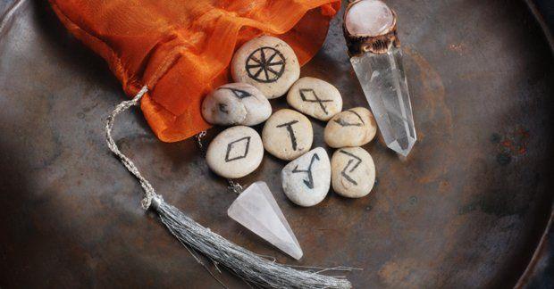 Рунічний приворот: опис магічного ритуалу і спеціальних рунічних формул