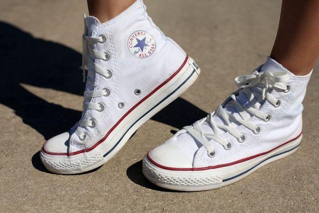 З чим носити кеди converse, як правильно поєднувати їх з спідницею, платтям, джинсами