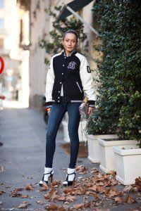 Жіноча куртка-бомбер середньої довжини в спортивному стилі.