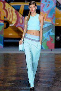Модний жіночий образ в спортивному стилі DKNY.