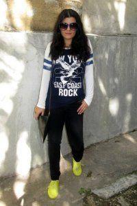 Жіночі кросівки в спортивному стилі.