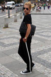 Штани чорного кольору в спортивному стилі.
