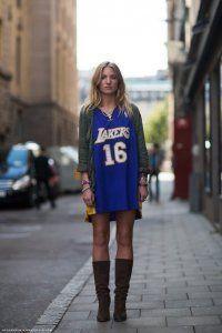 Коротке плаття в спортивному стилі.