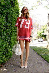 Літнє плаття-міні в спортивному стилі.