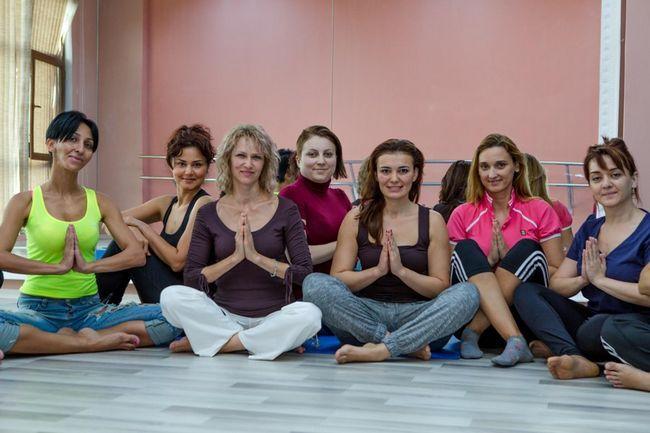 Майстер-клас з йоги для молодих і активних азербайджанських мам - фото