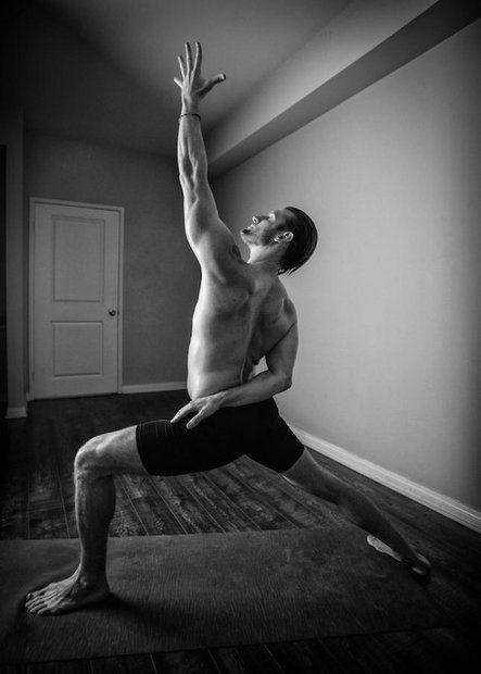 Надихнутися: витончена чоловіча йога - фото